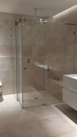 מקלחון מזכוכית