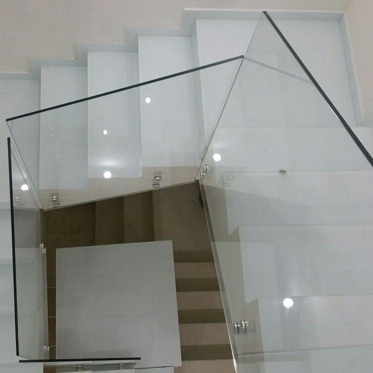 מעקות זכוכית