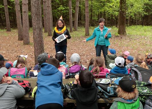 École dans la forêt: Tout le monde dehors!