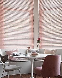 roze aluminium jaloezieën