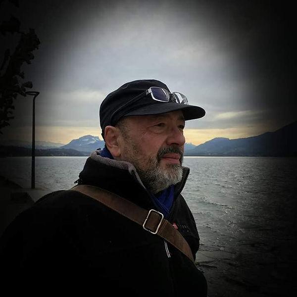 Marc Devalmorel devant le Lac du Bourget, en Savoie...