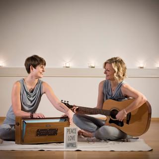 Julie mit Steffi  sitzend 2.JPG
