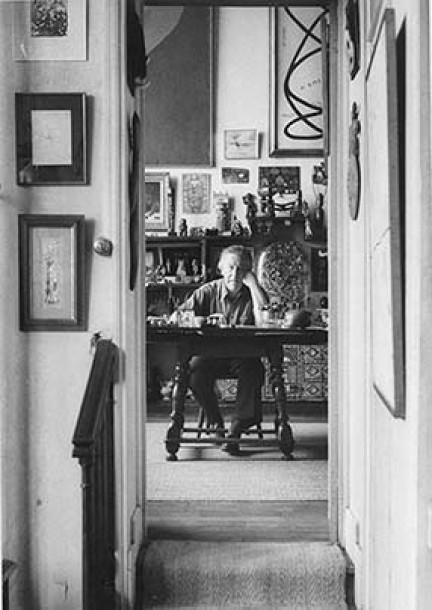 André Breton en su habitación.