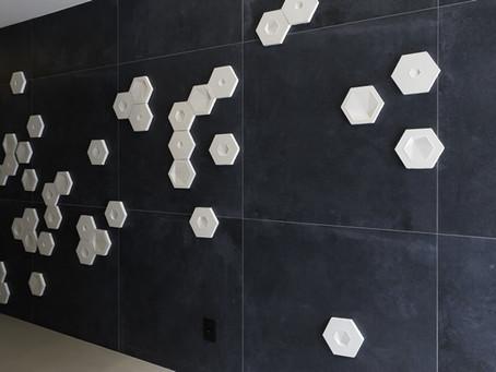 Uso criativo da linha Pixel Solarium em hall de entrada de edifício