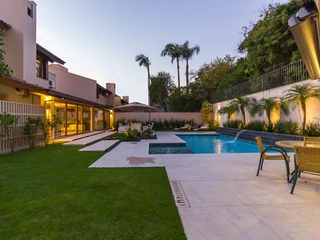 Área externa com piscina com linha NewRock Solarium