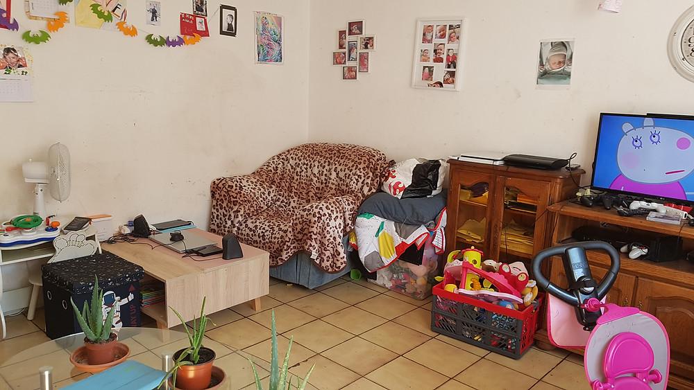 maison encombrée de jouets, vêtements et bibelots