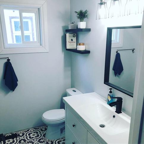 Greyscale Bathroom (B1)