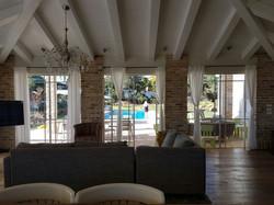 מבט מהסלון לחצר