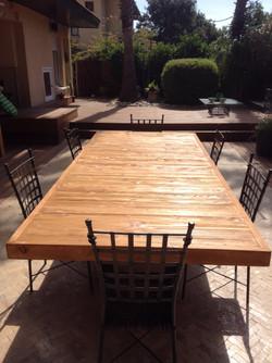 שולחן בחצר