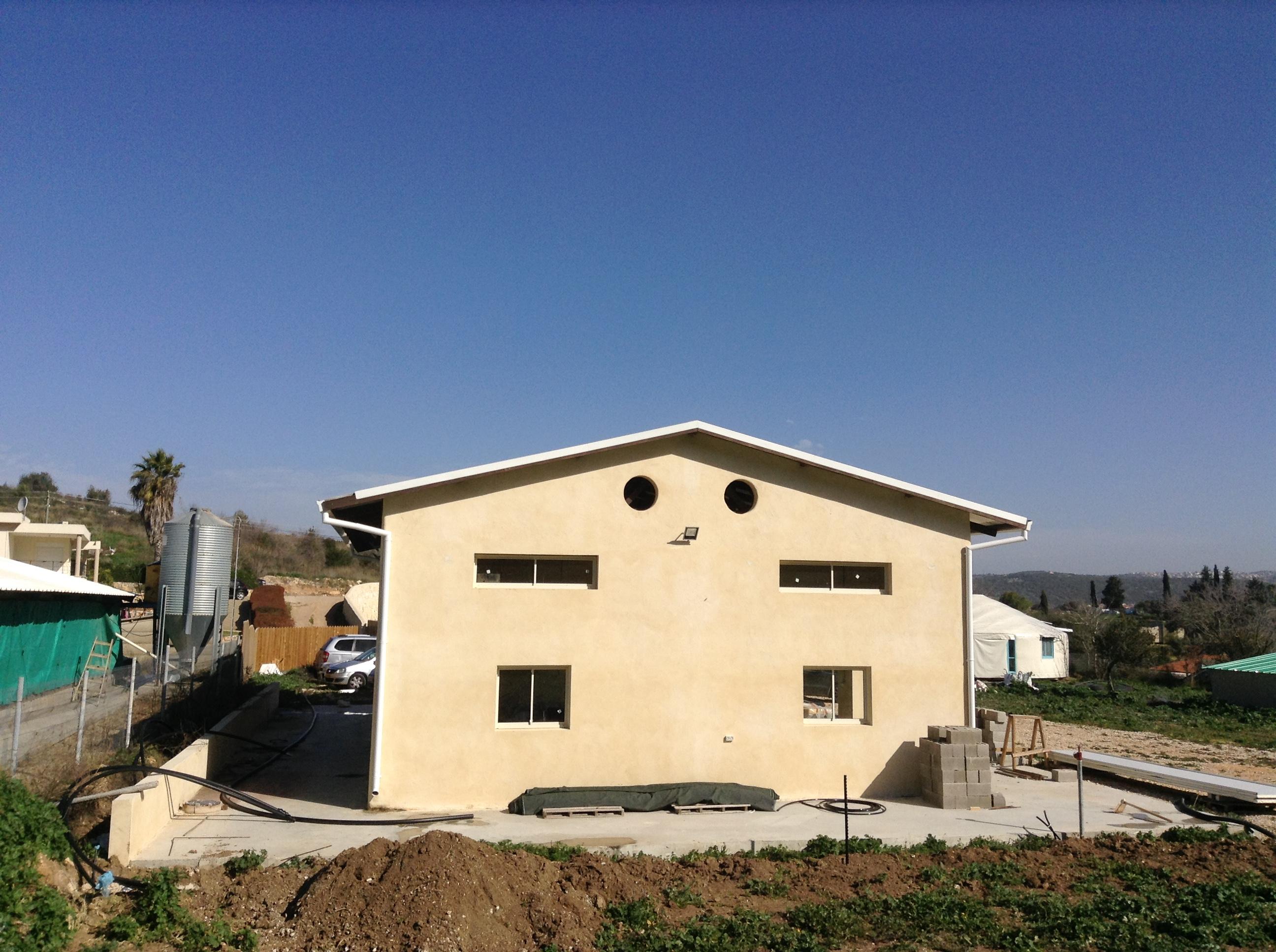 מבט מבחוץ על הבית עם גג האגדים
