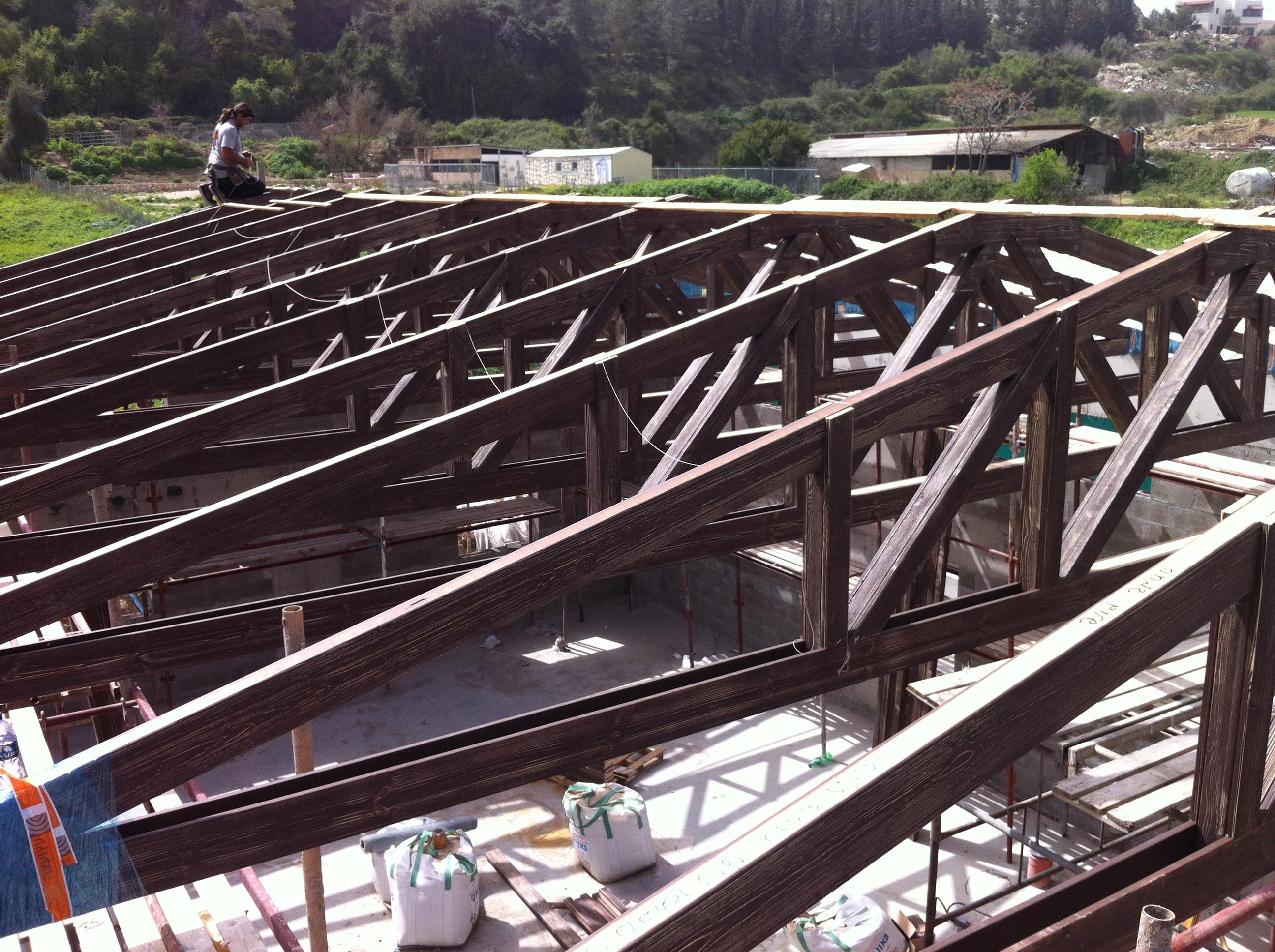 גמר התקנת האגדים במקומם הסופי  בגג