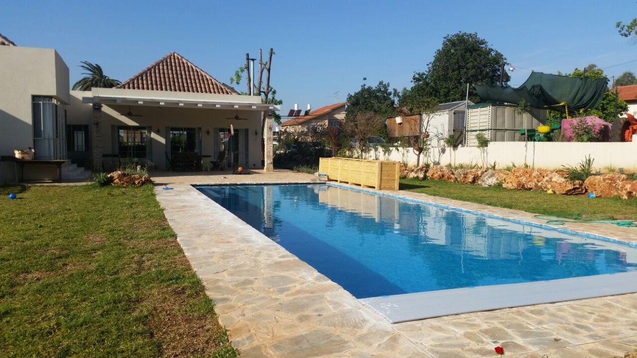 בית בצור משה מבט מהבריכה לסלון