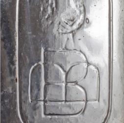 Détail du logo de la Brasserie de Beauport, 1896-1911. Distillerie et brasserie de Beauport, collections archéologiques du ministère de la Culture et des Communications, photographie Ville de Québec.