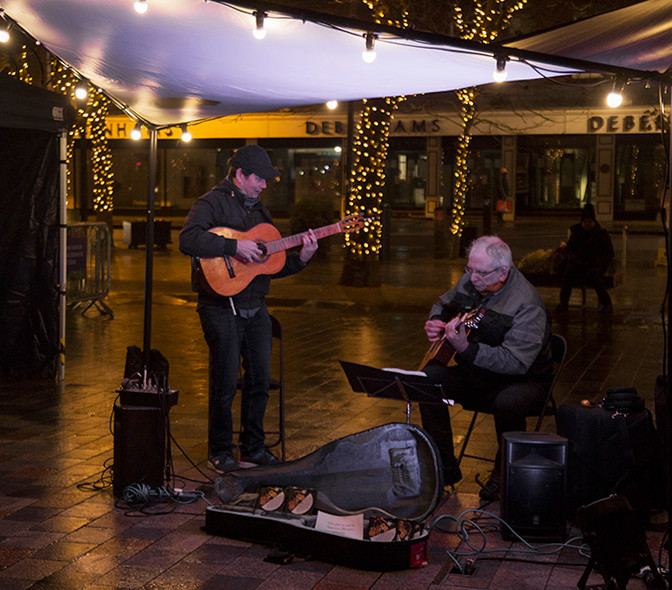 …and Guitar Waves bought Spanish and latin warmth to the square!