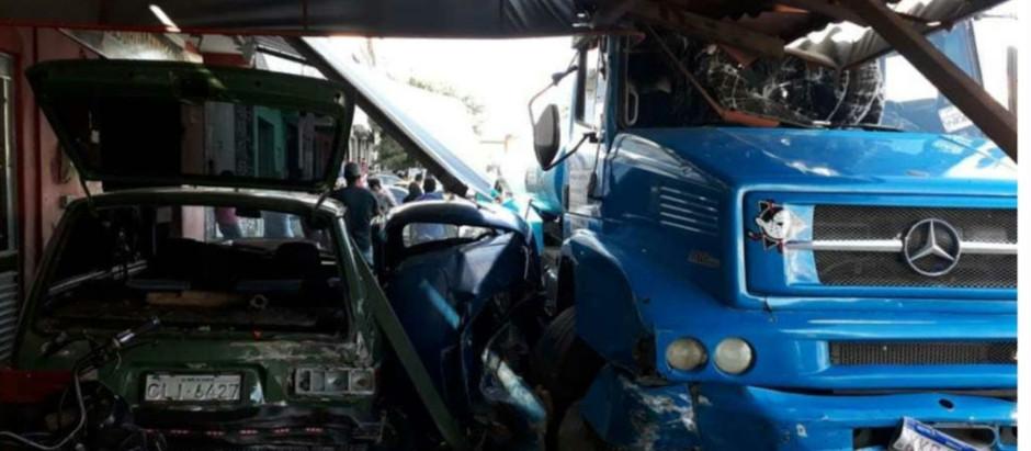 Caminhão desgovernado causa acidente em Afogados