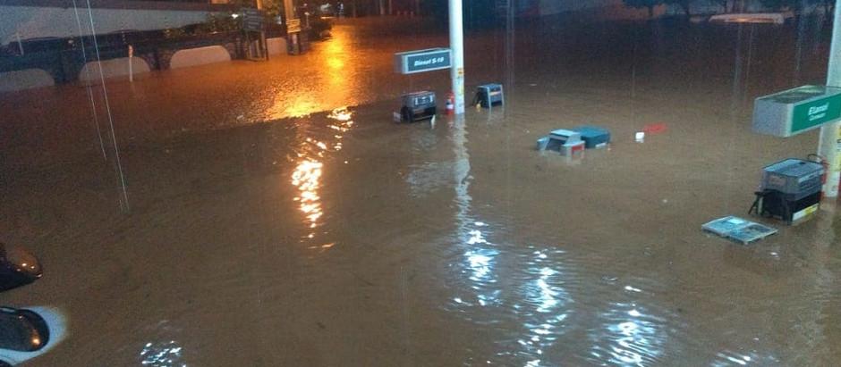 Tempestade em Sertânia derruba casas e lança carros deixando moradores ilhados