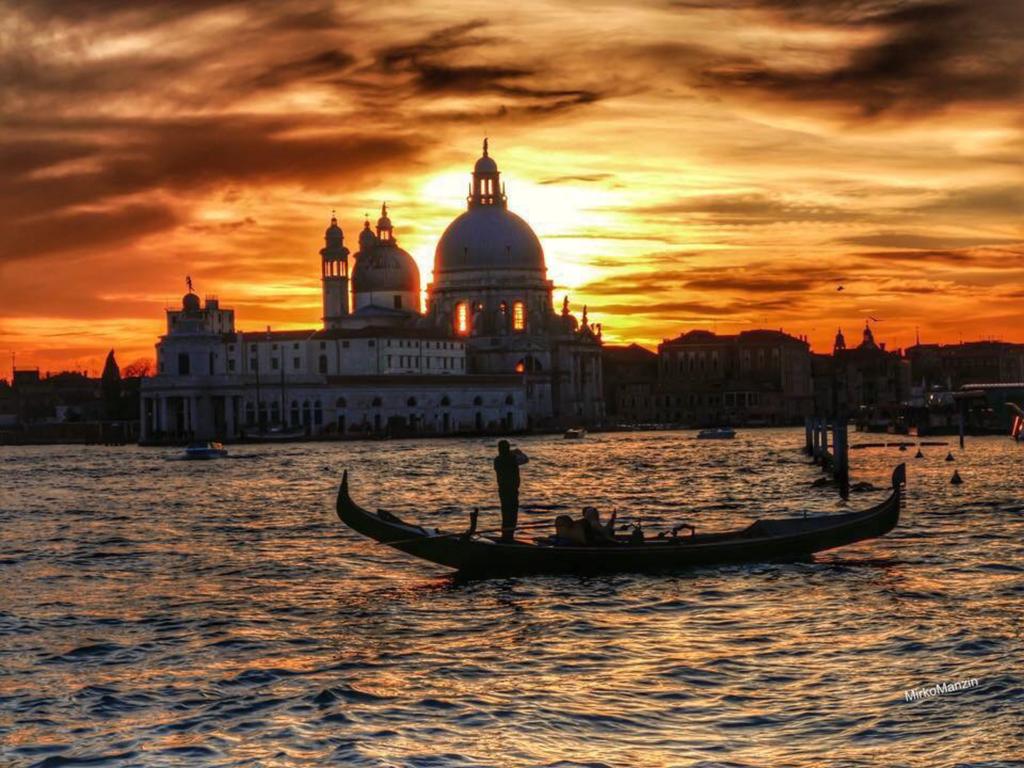 Sunset_gondola_Basilica_Della_Salute_
