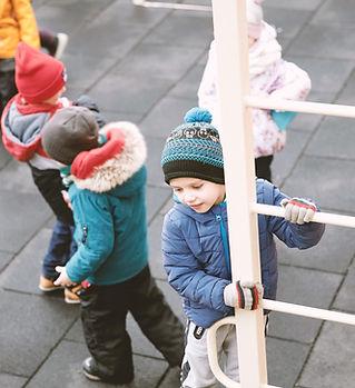 Børn på legepladsen