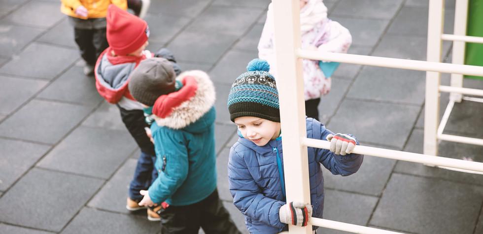 Enfants dans une aire de jeux