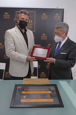 Miguel Santana Art entregando la placa de plata en el homenaje a Eduardo Guaylupo Roncal