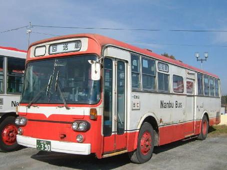 赤いバスで考える。