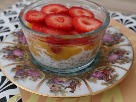 Pudding de chia au lait de coco et à la mangue et fraises