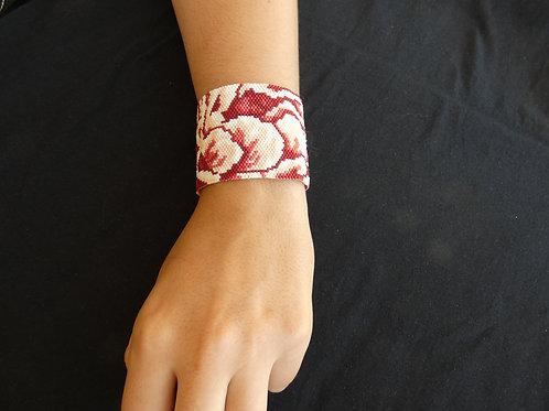 Bracelet en peyote Miyuki, pivoine en macro