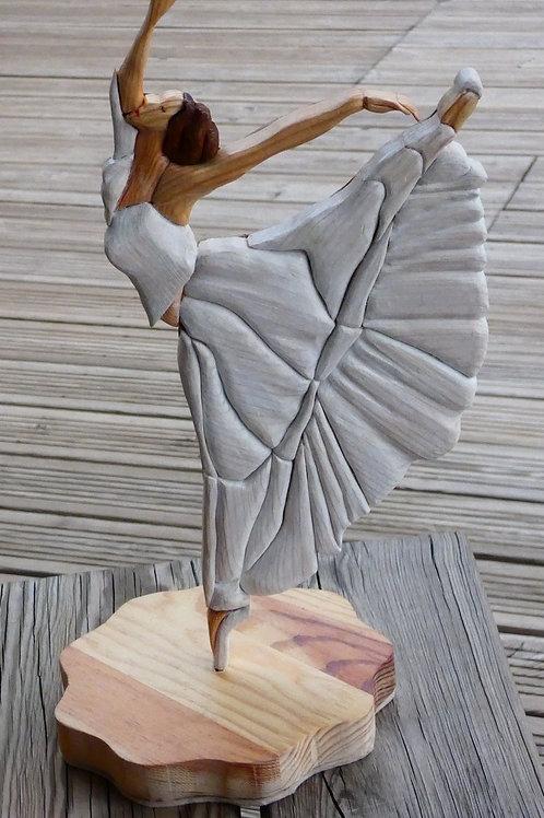 "Statue de danseuse en ""intarsia"", création artisanale"