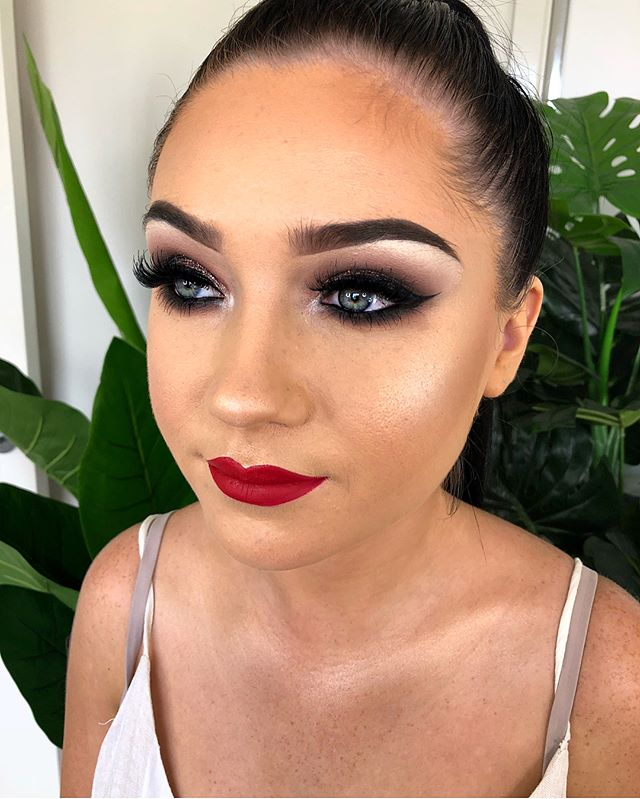 Smokey eye with a classic red lip 🤤 Cur