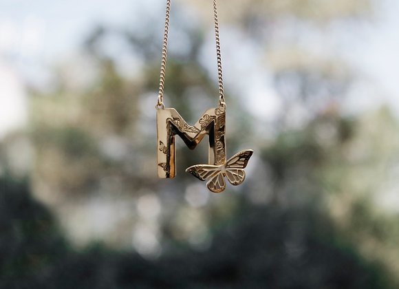 Dije Letra con 1 mariposa Plata / Dorado / Rosa