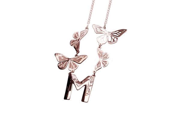 Dije Letra con 4 Mariposas Rosa