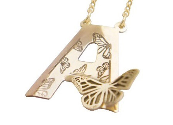 Dije Letra con 1 Mariposa Oro