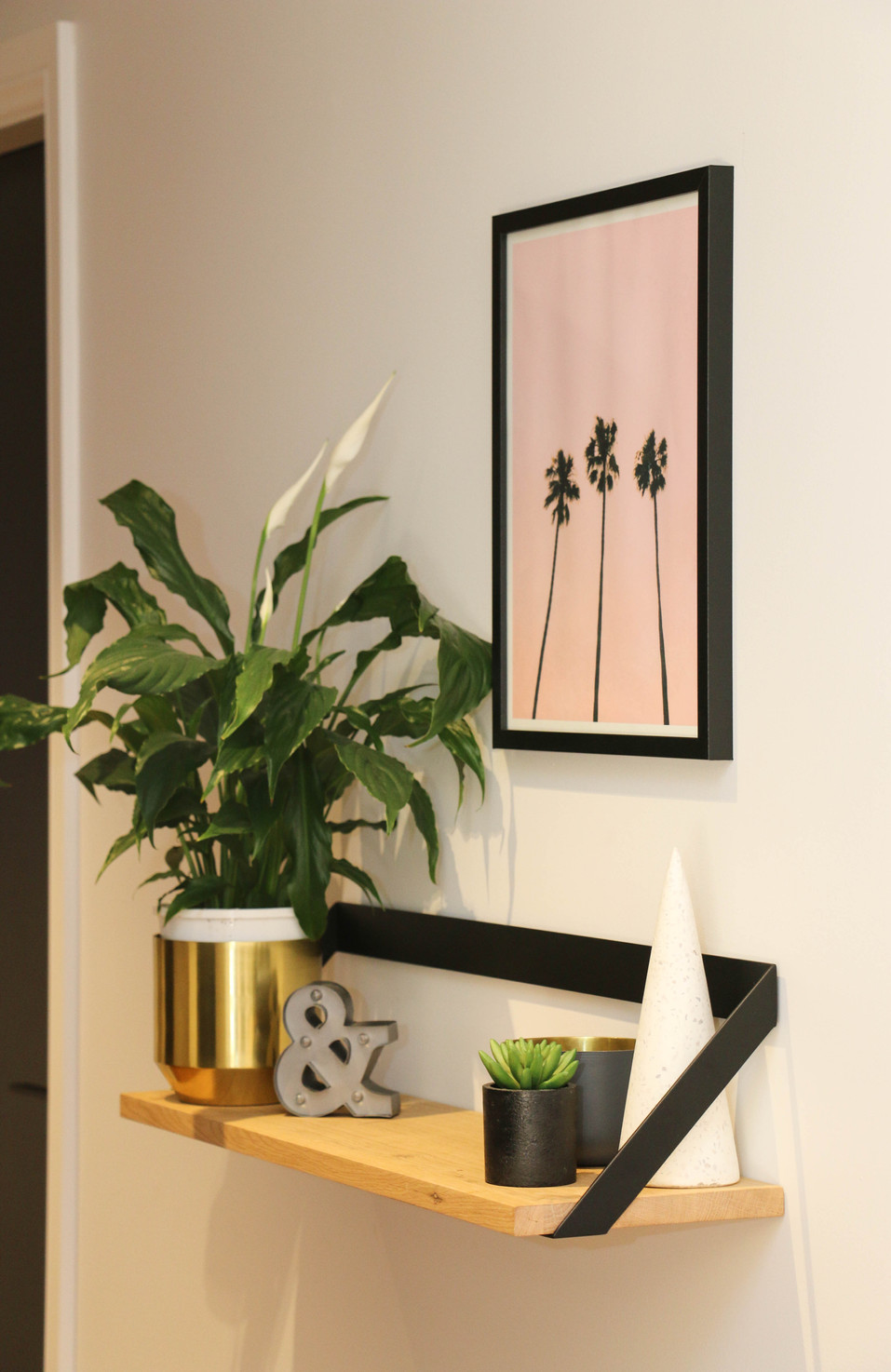 manly entrance wall shelf with palm print