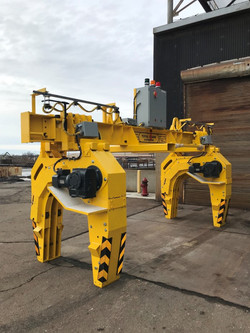 Adjustable lifting assembly for handling hot rolled pipes