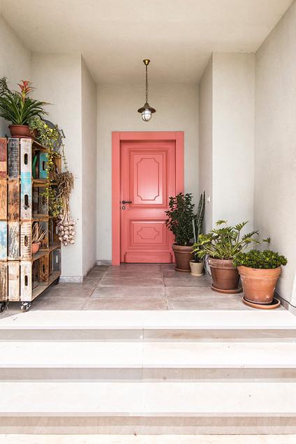 דלת כניסה ורודה