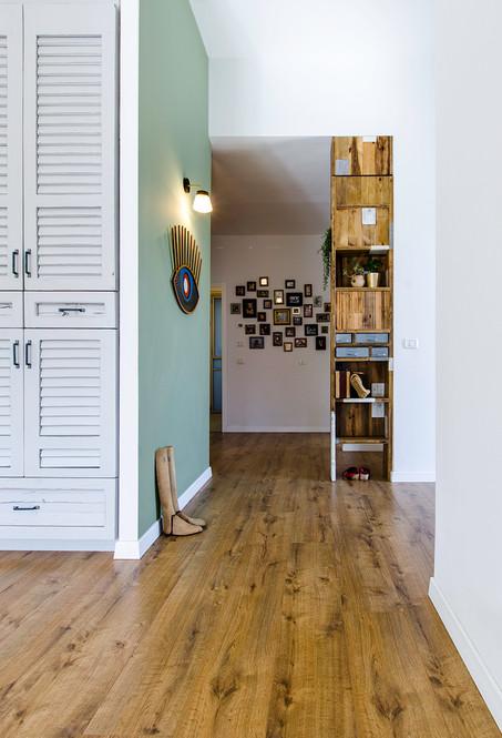 כניסה ותמונות על הקיר.jpg