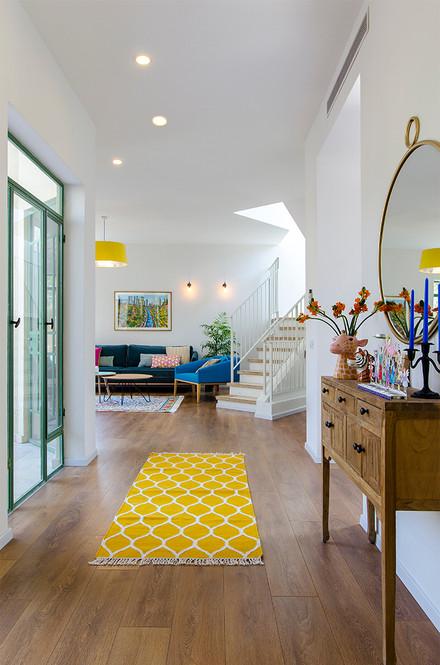 מבט מסדרון לסלון.jpg