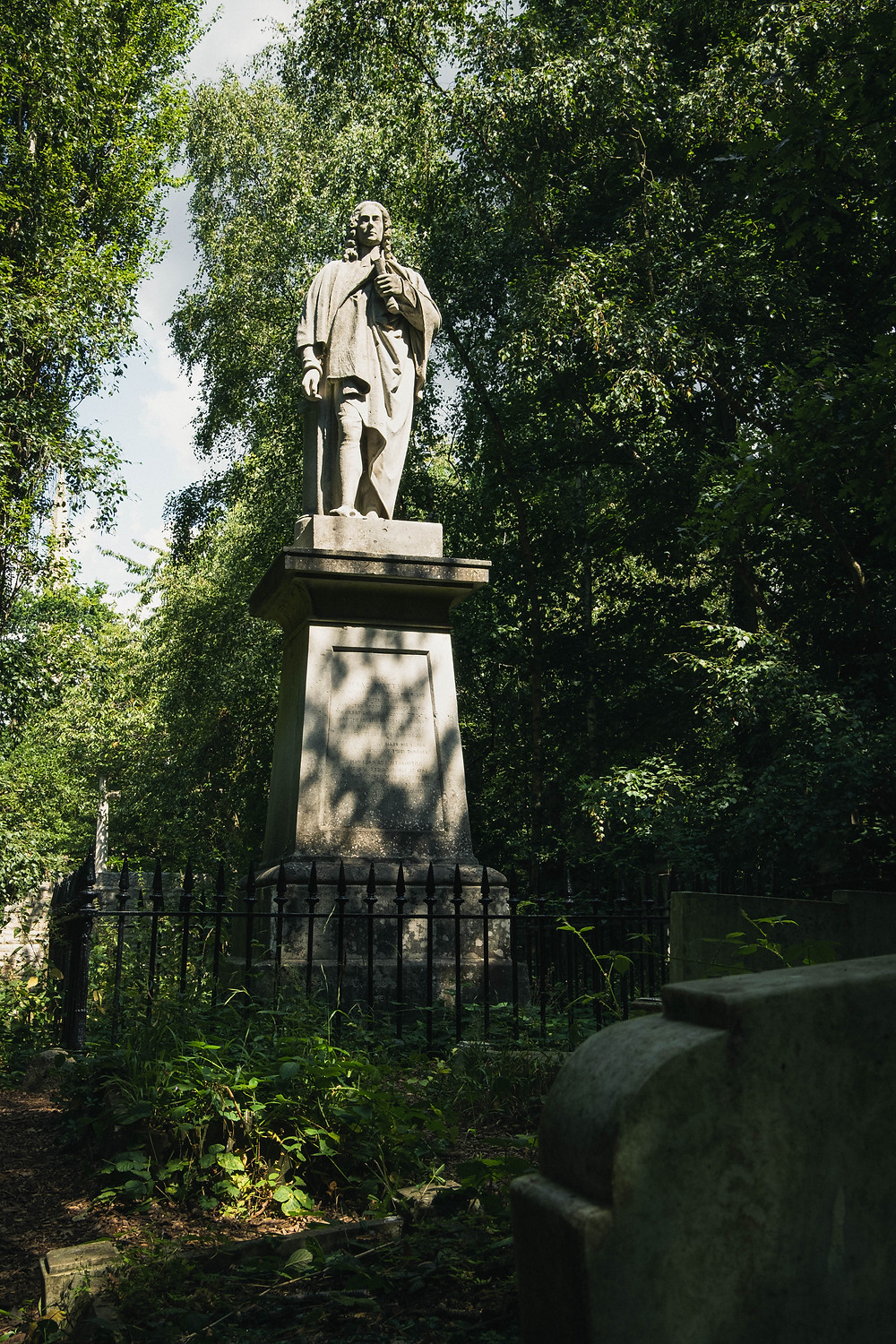 Photograph of the statute of Isaac Watts in Abney Park
