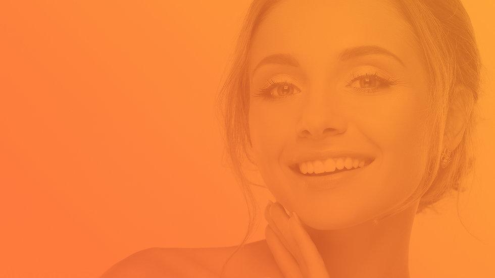 Mulher sorridente ao utilizar o software odontológico Clinicorp