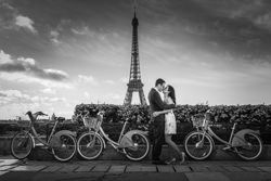 kiss with bicycle eiffel tower