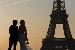 silhouette with bouquet eiffel tower