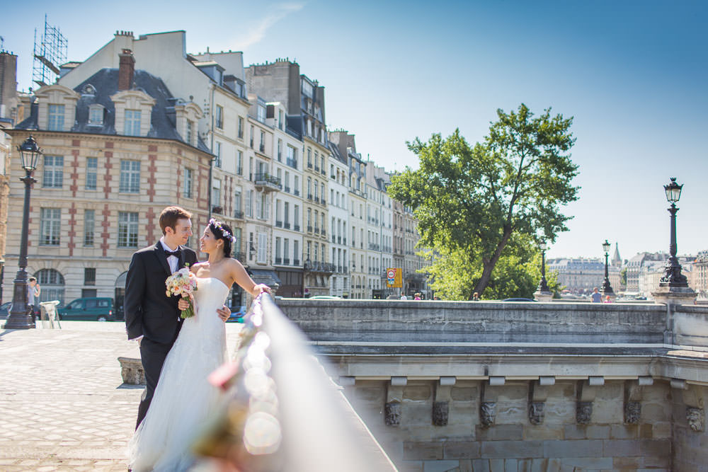 engagement session on ile de la Cité