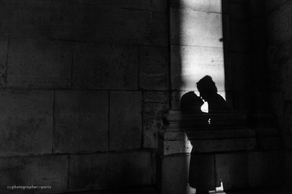 Kissing in the Louvre