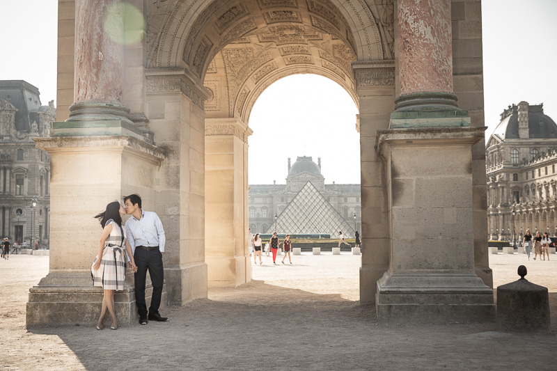 Couple are kissing at le Louvre