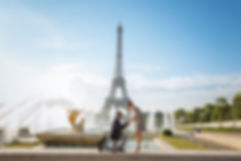 man proposes in front of the eiffel towe