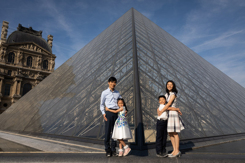 Family with children at le Louvre