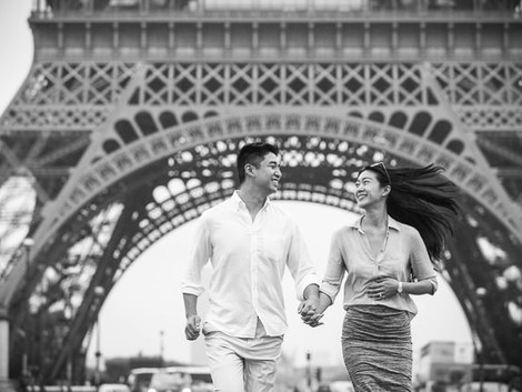 Proposal in front of the Eiffel tower