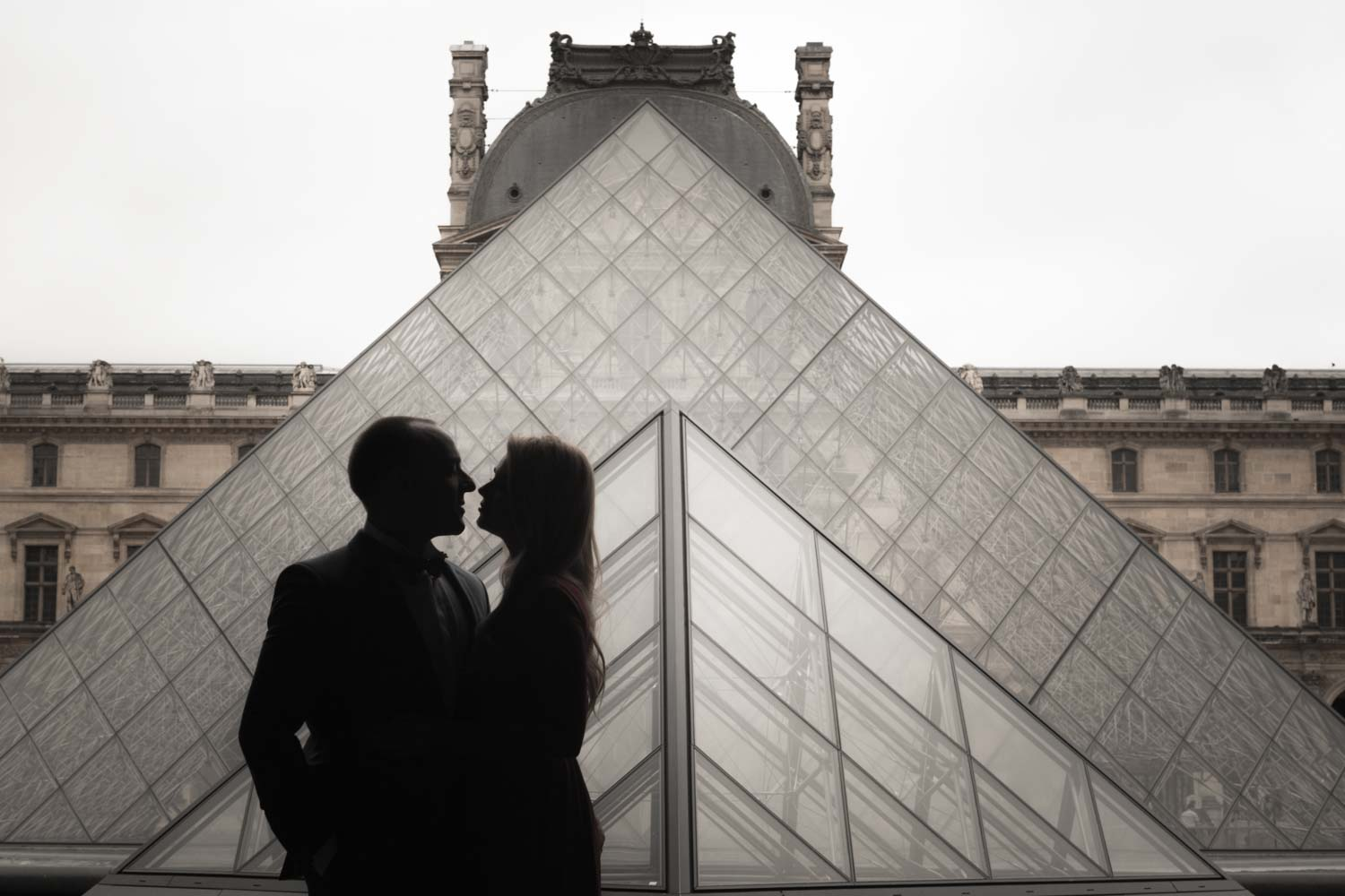 silhouette kiss at le louvre