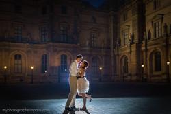 couple kiss at night paris