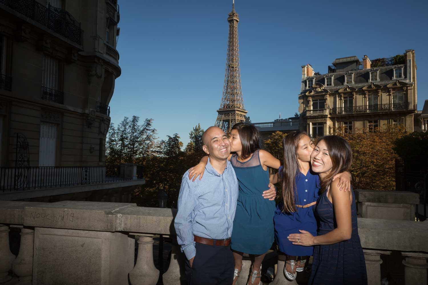 kids are kissing parents in paris